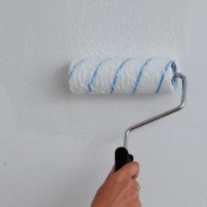 Как грунтовать стены клеем, подготавливая их к поклейке обоев